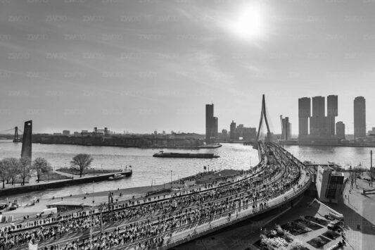 NN Marathon Rotterdam foto lopers op de Erasmusbrug ZwartWit010©