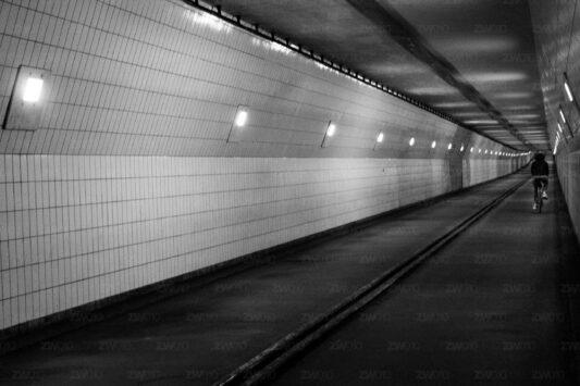 Rotterdam zwart wit foto van ©ZwartWit010. Fietstunnel Maastunnel