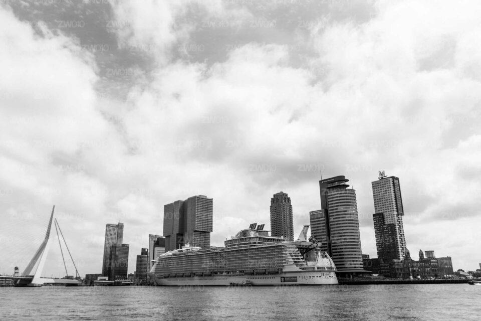 Rotterdam zwart wit foto van ©ZwartWit010. Harmony of the Seas – Wilhelminakade