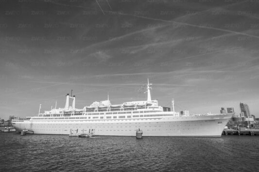 Rotterdam zwart wit foto van ©ZwartWit010. SS Rotterdam Stoomschip Rotterdam
