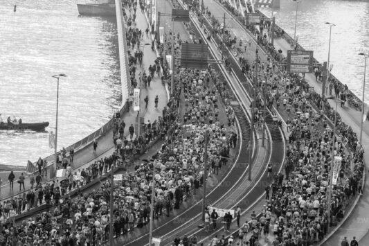 Rotterdam zwart wit foto van ©ZwartWit010. Foto Marathon 2018 Rotterdam Erasmusbrug